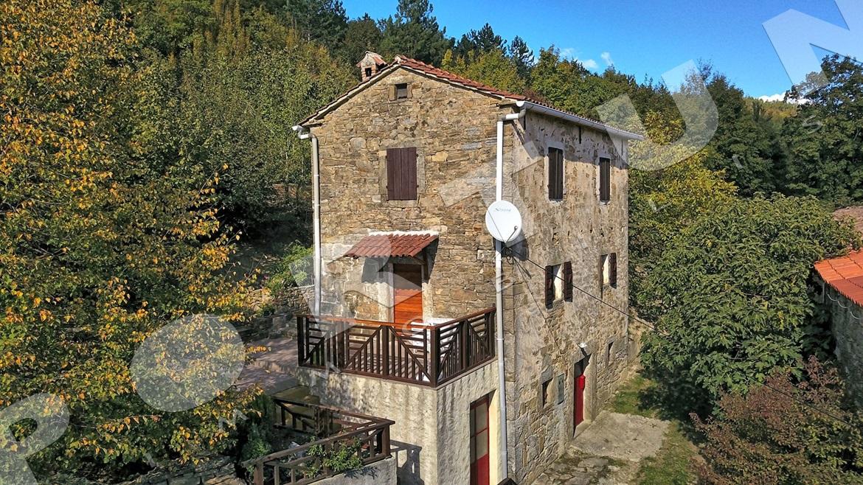 Hinter Dem Haus rustikal renoviertes steinhaus mit einem großen privaten garten