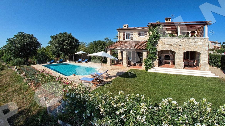 Luxuri se villa in der n he von vizinada istrien for Foto di case a tre piani